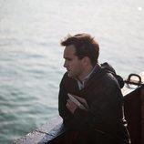 Ricardo Gómez mira preocupado al mar en el último episodio de la temporada 19 de 'Cuéntame cómo pasó'