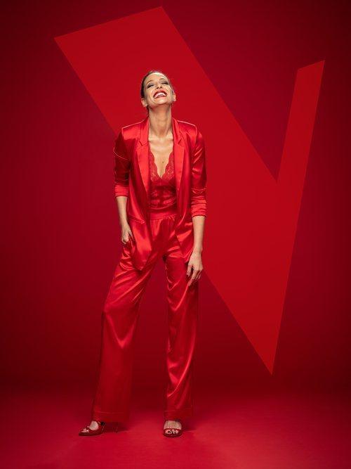 Eva González viste de rojo en las fotos promocionales de 'La Voz' en Antena 3