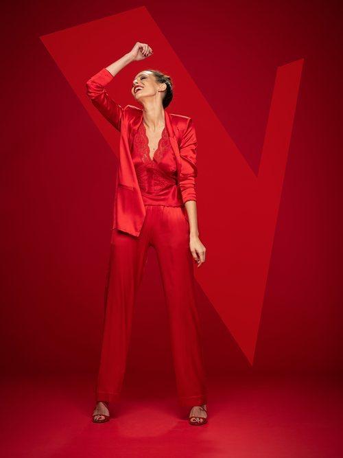 Eva González posa vestida de rojo como presentadora de 'La Voz' en Antena 3