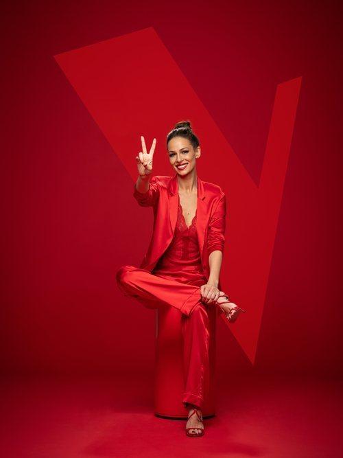 La presentadora de 'La Voz', Eva González, posa vestida de rojo