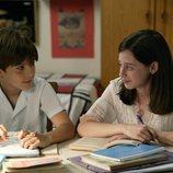 Carlos y Karina estudiando juntos en 'Cuéntame cómo pasó'