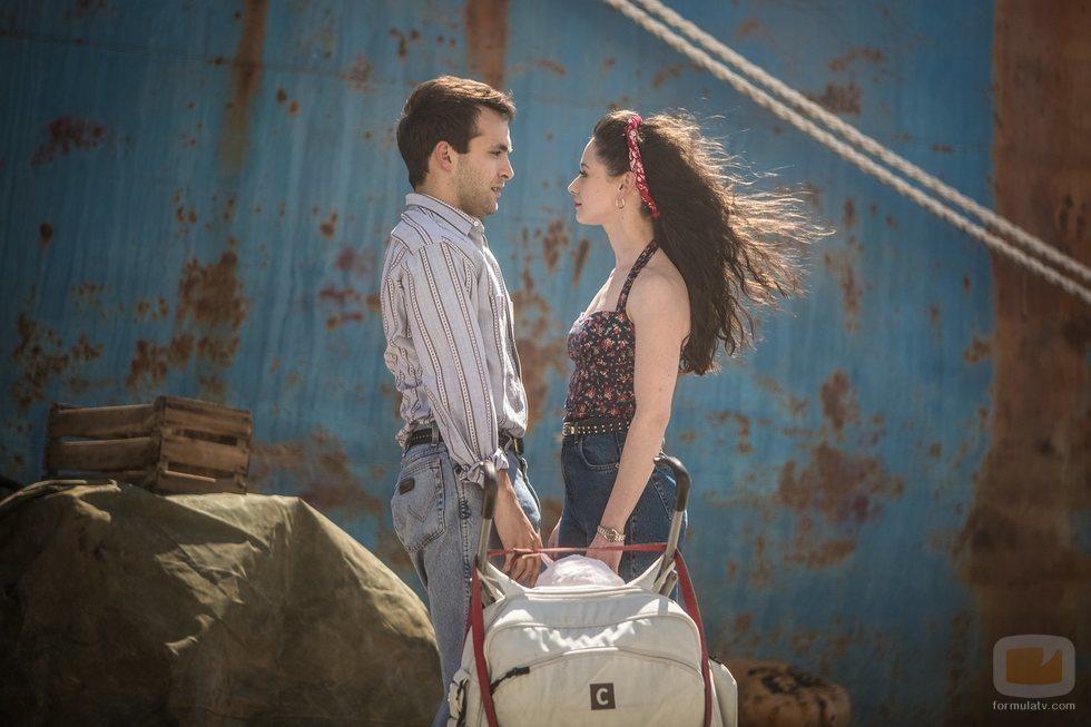 Carlos y Karina, en el capitulo final de la temporada 19 de 'Cuéntame cómo pasó'