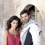 Posado de Cansu Dere y Mehmet Akif Alakurt, protagonistas de 'Sila'