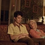 Gillian Anderson y Asa Butterfield en la serie 'Sex Education'