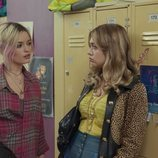 Emma Mackey y Aimee-Lou Wood en 'Sex Education'