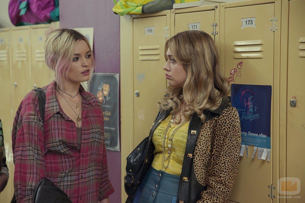 Emma Mackey y Aimee-Lou Wood en 'Sex Education'