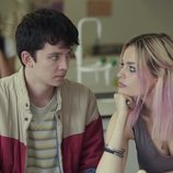 Asa Butterfield y Emma Mackey hablando en 'Sex Education'