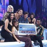 Los concursantes de 'OT 2018' posan con un Disco de Oro en la Gala 11