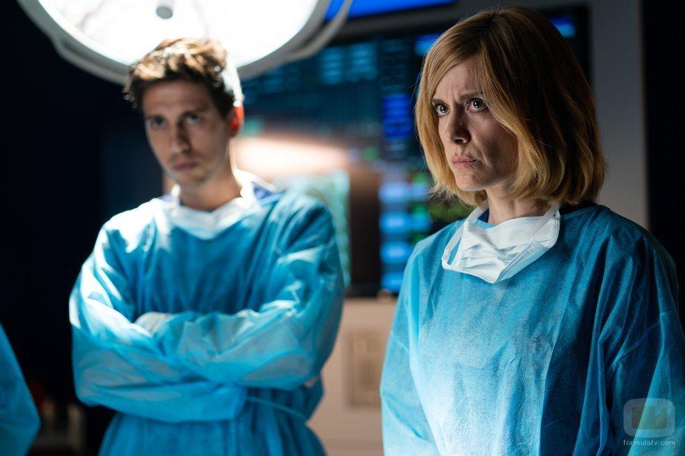 Paula Díaz junto a Manuel en la primera temporada de 'Hospital Valle Norte'