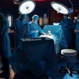 Equipo de cirujanos ante una operación en la primera temporada de 'Hospital Valle Norte'