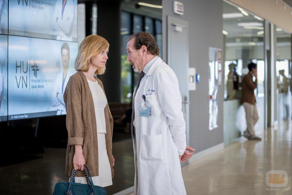 Paula Díaz junto al director Gerardo en la primera temporada de 'Hospital Valle Norte'