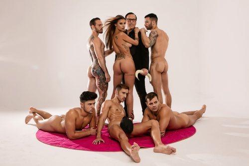 Techi ('GH VIP 6') rodeada de hombres en su posado para Primera Línea