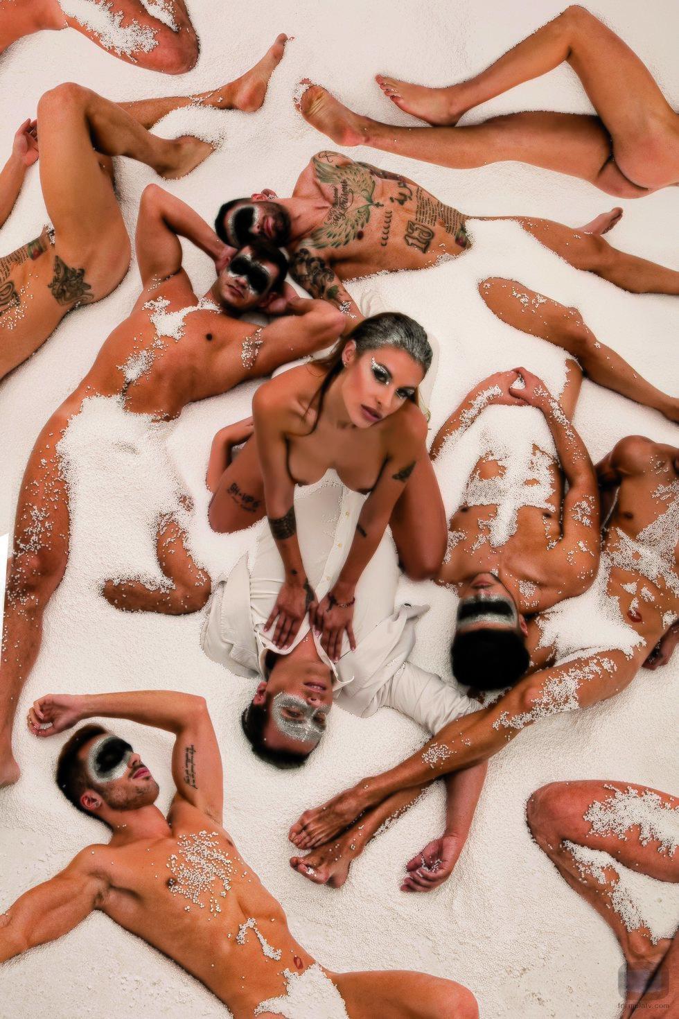 Techi ('GH VIP 6') posa desnuda, rodeada de plumas y hombres para Primera Línea