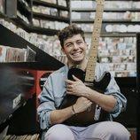 Alfred García con su guitarra eléctrica en una tienda de discos
