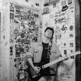 Alfred García posa con su guitarra eléctrica en blanco y negro