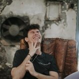 Alfred García posa en un sillón de cuero
