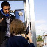 Miguel Ángel Silvestre habla por teléfono