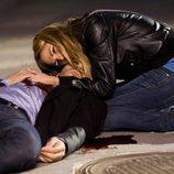 Cata abraza al Duque, ya muerto