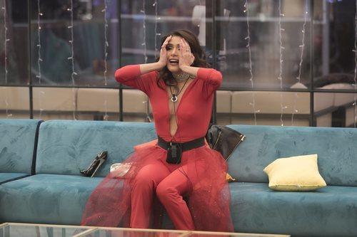 Miriam Saavedra sorprendida en el salón de la casa en la final de 'GH VIP 6'
