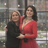 Miriam Saavedra junto a su madre en el interior de la casa en la final de 'GH VIP 6'