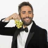 Roberto Leal, presentador de las Campanadas 2018-2019, posa con las doce uvas de la suerte