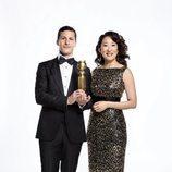 Andy Samberg y Sandra Oh, presentadores de la 76ª edición de los Globos de Oro, posan con la nueva estatuilla