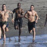 Los protagonistas de 'Toy Boy' hacen ejercicio en la playa para mantenerse en forma