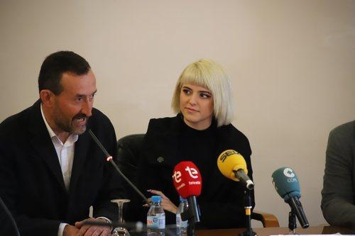 Alba Reche, en el Ayuntamiento de Elche junto al alcalde
