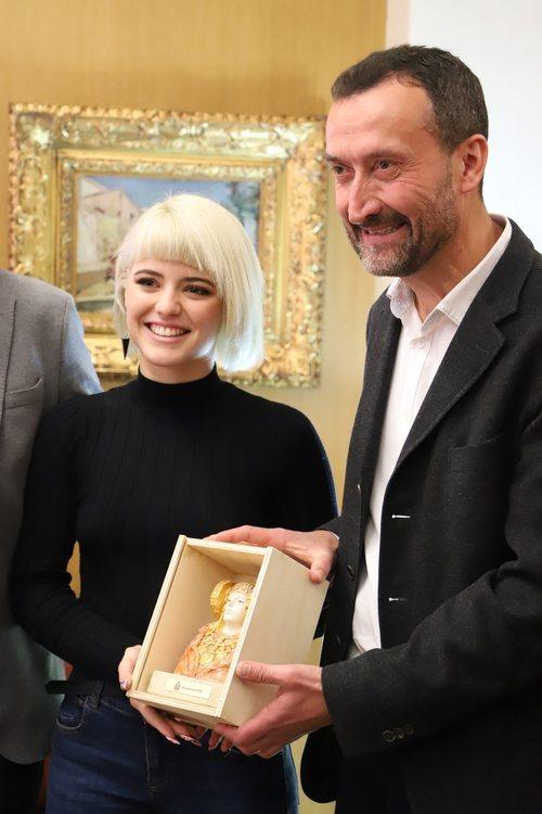 Alba Reche posando junto a Carlos González Serna, el alcalde de Elche