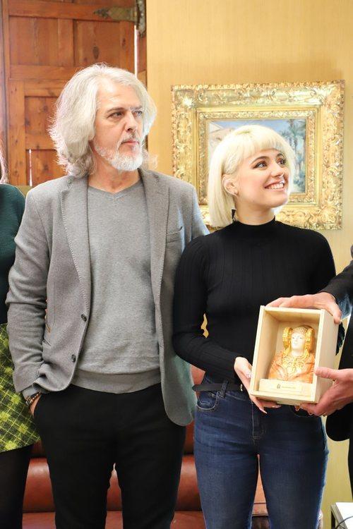 Alba Reche, muy sonriente tras recibir su obsequio, una miniatura de la Dama de Elche
