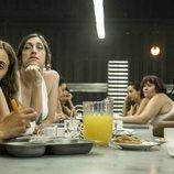 Foto de grupo de las reclusas en el comedor de 'Vis a vis'