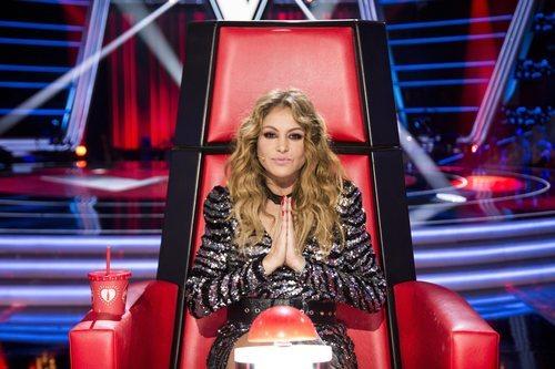 Paulina Rubio posa como coach de 'La Voz', juntando las manos