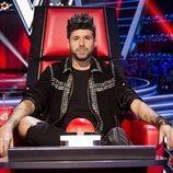 Pablo López posando serio en su sillón de coach en 'La Voz'