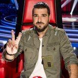Antonio Orozco posa haciendo el gesto de 'La Voz' en su sillón de coach