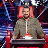 Antonio Orozco posando en el sillón de coach de 'La Voz'