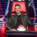 Luis Fonsi posando muy sonriente en su sillón de coach de 'La Voz'