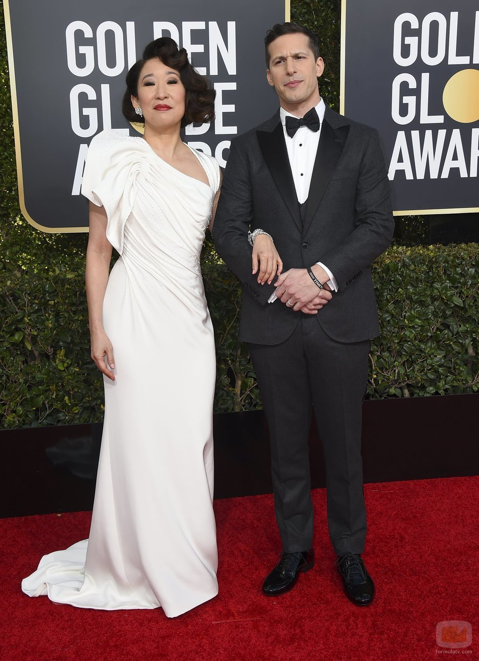 Sandra Oh y Andy Samberg en la alfombra roja de los Globos de Oro 2019
