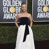 Kaley Cuoco en la alfombra roja de los Globos de Oro 2019