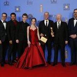 El equipo de 'The Americans' posa con el Globo de Oro 2019