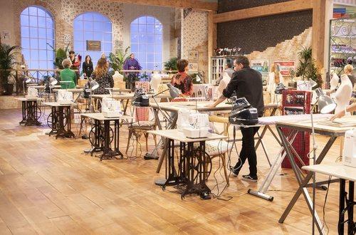 Los aprendices de la segunda edición de 'Maestros de la costura' en el taller