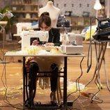 María Escoté frente a una máquina de coser en 'Maestros de la costura'