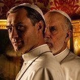 Jude Law y John Malkovich en la primera imagen oficial de 'The New Pope'
