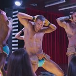 Los protagonistas de 'Toy Boy' se desnudan en un striptease