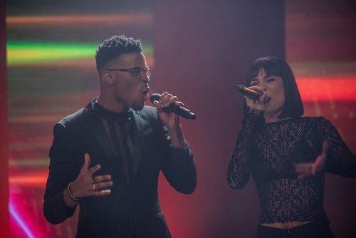 """Famous y Natalia cantan junto a sus compañeros """"Somos"""" en los Premios Forqué"""