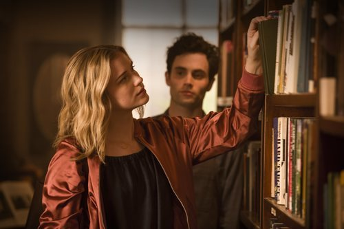 Penn Badgley y Elizabeth Lail interpretando a Joe y Beck en la serie de Netflix 'YOU'