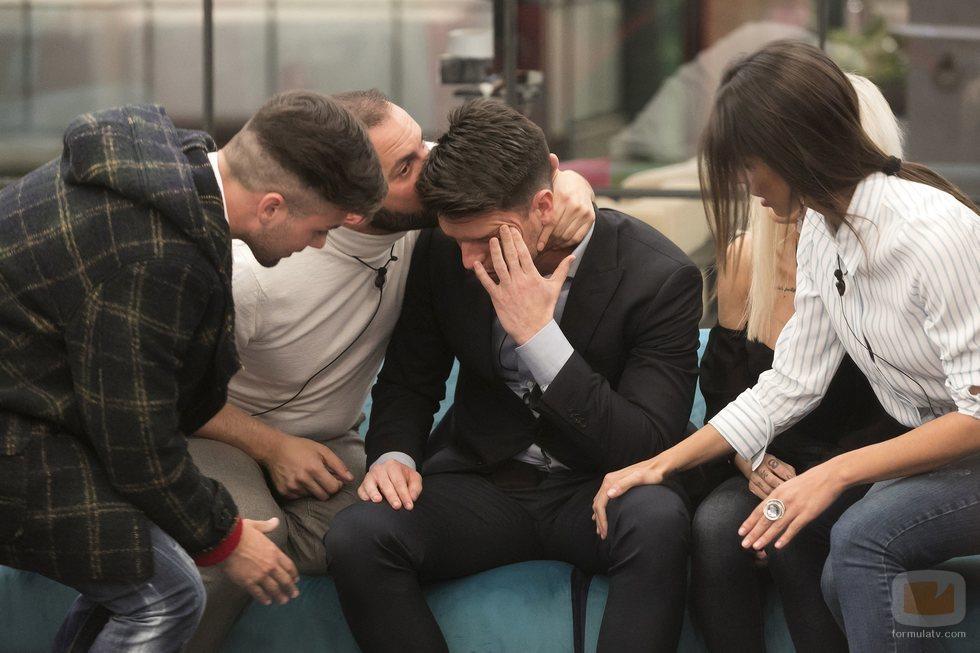 Fede Renecchi llorando junto con sus amigos tras no ser salvado en la gala 3 de 'GH Dúo'
