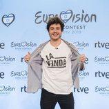 Miki Nunyez muestra una camiseta con el logo de su canción para Eurovisión 2019