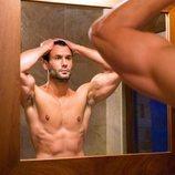 Jorge Pérez ('Supervivientes 2020'), con el torso desnudo, mirándose en el espejo