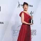 Sandra Oh junto a su premio en los SAG Awards 2019