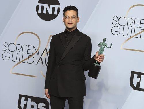 Rami Malek con su premio a mejor actor en los SAG Awards 2019